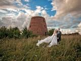 małżeństwo na tle wieży