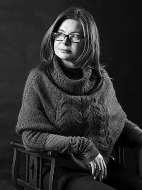 kobieta na krześle w okularach