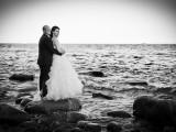 małżeństwo na skale przy morzu