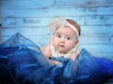 dziecko w niebieskiej sukni