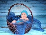 dziecko w wiklinowym koszu