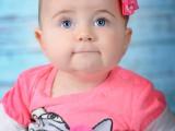 dziecko w różowych ubrankach