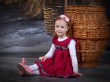 dziewczynka w czerwonej sukience
