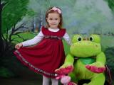 dziewczynka w czerwonej sukience i pluszowa żaba