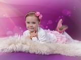dzieczynka na kocyku, różowe tło