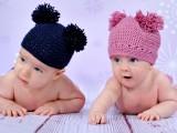 małe dzieci w czapeczkach