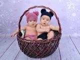 dzieci w czapeczkach w wiklinowym koszu