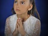 dziewczynka z dłońmi złożonymi do modlitwy