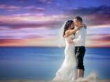 małżeństwo przytula się na tle morza