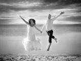 małżeństwo w podskoku na tle morza