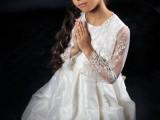 modląca się dziewczynka