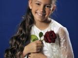 dziewczynka o długich włosach trzymająca różę