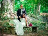 małżeństwo na ławce w lesie