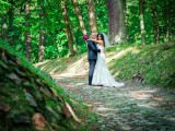 małżeństwo na ścieżce w lesie