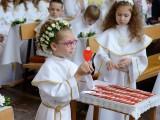 dziewczynka na komunii świętej przed ołtarzem