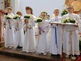 dzieci w rzędzie na komunii świętej