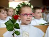 dziewczynka na komunii świętej z różą