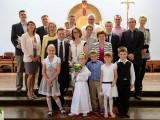 ludzie na ołtarzu podczas komunii świętej
