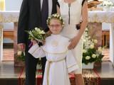 rodzice z córką na ołtarzu podczas komunii świętej