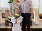rodzice z dzieckiem na komunii świętej