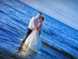 para młoda w morzu
