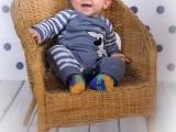 dziecko na wiklinowym fotelu