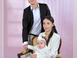 małżeństwo z dzieckiem na różowym tle