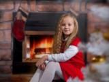 dziewczynka przy kominku